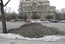 """Варна """"украсена"""" с купчини мръсен сняг"""