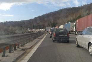 Отново километрични опашки на АМ Хемус в посока София! Ремонтираният тунел отново е затворен!