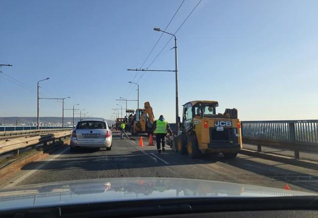 Безхаберие, некомпетентност или безгранична наглост? Понеделник сутрин в час пик кърпят дупки на Аспарухов мост