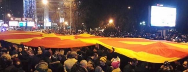Челен опит: В Македония протестиращи нахлуха в парламента и набиха депутати