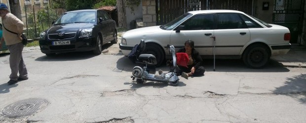 Жена в инвалидна количка се преби в улична дупка, осъди Община Варна за над 11 000 лв.