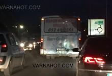 Наглост! Автобус на Градски транспорт Варна умишлено блокира движението по ул. Девня в час пик (ВИДЕО)