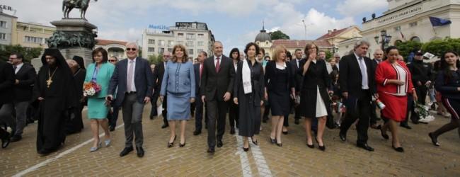 """""""Безобразието се превръща в традиция"""". Политици поведоха шествието за 24 май"""