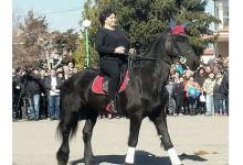 Корнелия Нинова се качи на кон на Тодоровден! Дано не си е повярвала, че така ще ни яхне и държавата