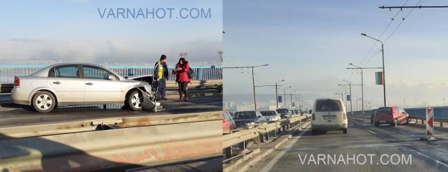 Две катастрофи блокираха Аспарухов мост в двете посоки!