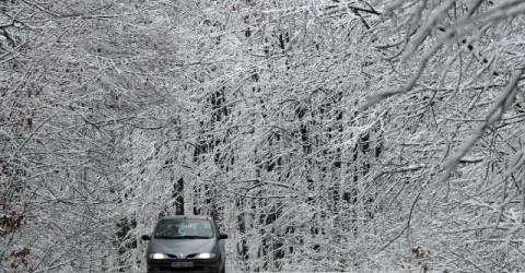 Снегът спира утре, но има опастност за заледявания