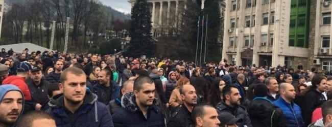 Сблъсъци между демонстранти и жандармерия в Габрово, протестът освирка вицепремиера Дончев