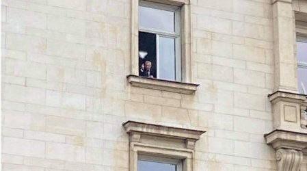 Валери Симеонов показва среден пръст на протестиращите пред Министерски съвет! (ВИДЕО)