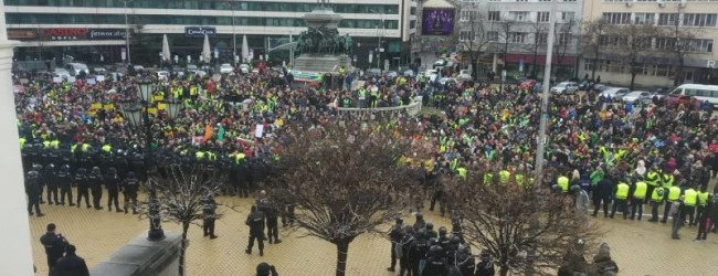 Хиляди искат оставка на правителството. Стигна се до сблъсъци с полицията