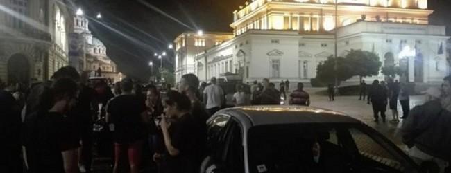 """Среднощен протест на ужилени шофьори заради фалита на застрахователната компания """"Олимпик"""""""