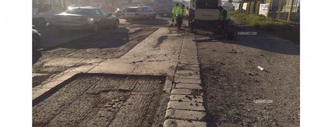 Безумие: Петък вечерта в час пик започна изкърпването на дупките по бул. Цар Освободител (снимки и видео)