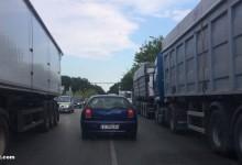 Адски задръствания на входа на Варна заради нагло паркирани зърновози. КАТ-Варна естествено отново спи