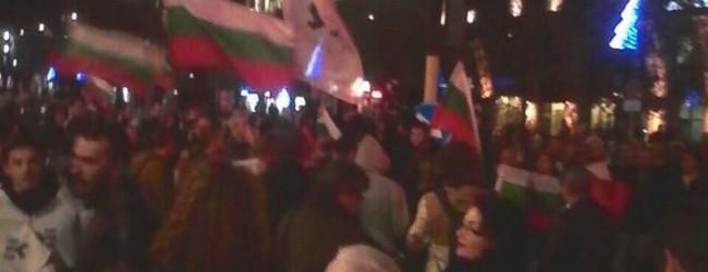 От последните минути: Сблъсъци с полицията на протеста във Варна! Протестиращите ще блокират Аспарухов мост (снимки и видео)