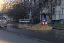 Вече трети ден спукан водопровод наводнява бул. Цар Освободител. Екипи на ВиК все още не са се появили
