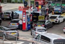 Защо британците панически се презапасяват с гориво?