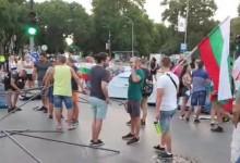 Кръстовището пред сградата на Община Варна вече е блокирано!