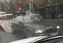 Водач на BMW се опита да покаже състезателни умения пред автогарата! Неуспешно!