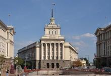 Гражданска барикада в НС. Протестиращи отказват да напуснат парламента. Искат оставките на Борисов и депутатите (ВИДЕО)