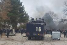 Започва се! Бунт и сблъсъци между жандармерия и мигранти в бежанския център в Харманли (ВИДЕО)