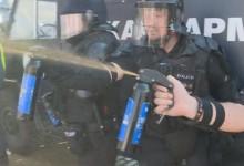Полицията атакува протестиращите с лютив спрей. Има много пострадали граждани!